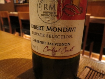 グラスの赤はこのボトル。ロバート・モンダヴィ・プライベート・セレクション・カベルネソーヴィニヨン