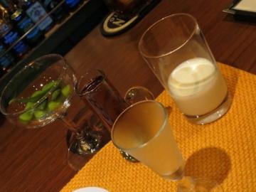 こんな風に供されます。ストレートには冷やされたショットグラスとチェーサーに牛乳。ダブルがデフォで小さなソーサーにて