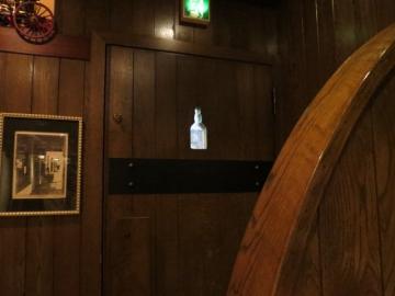 入口ドアの窓がボトルの形