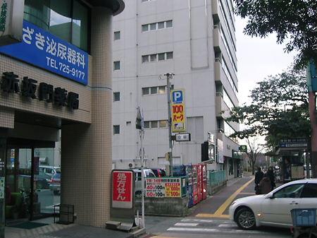 バス停赤坂門の直前で左に曲がる準備を♪
