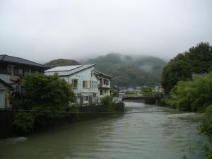 増水した桜川と霧にかくれた蟠蛇ヶ森
