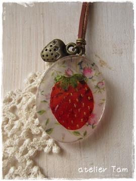 イチゴの押し花樹脂ネックレス