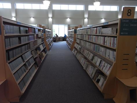 赤磐市中央図書館内観
