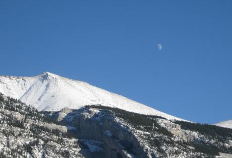 グロット山にかかる月