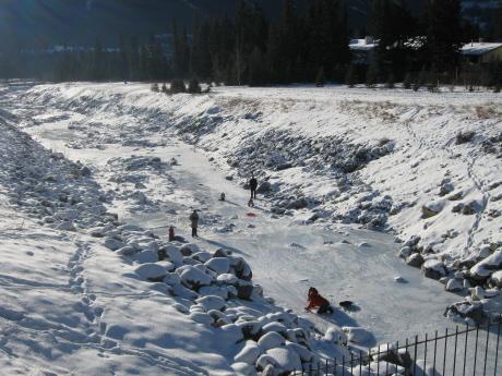 クーガークリークにはった氷の上でそりやカーリングもどき
