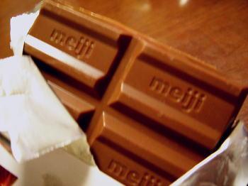 私の大好きな「明治チョコレート<ストロベリー>」と同系です。
