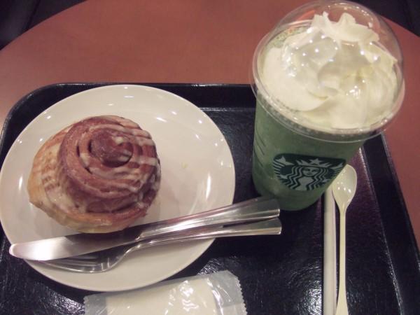 抹茶フラペとシナモンロール2