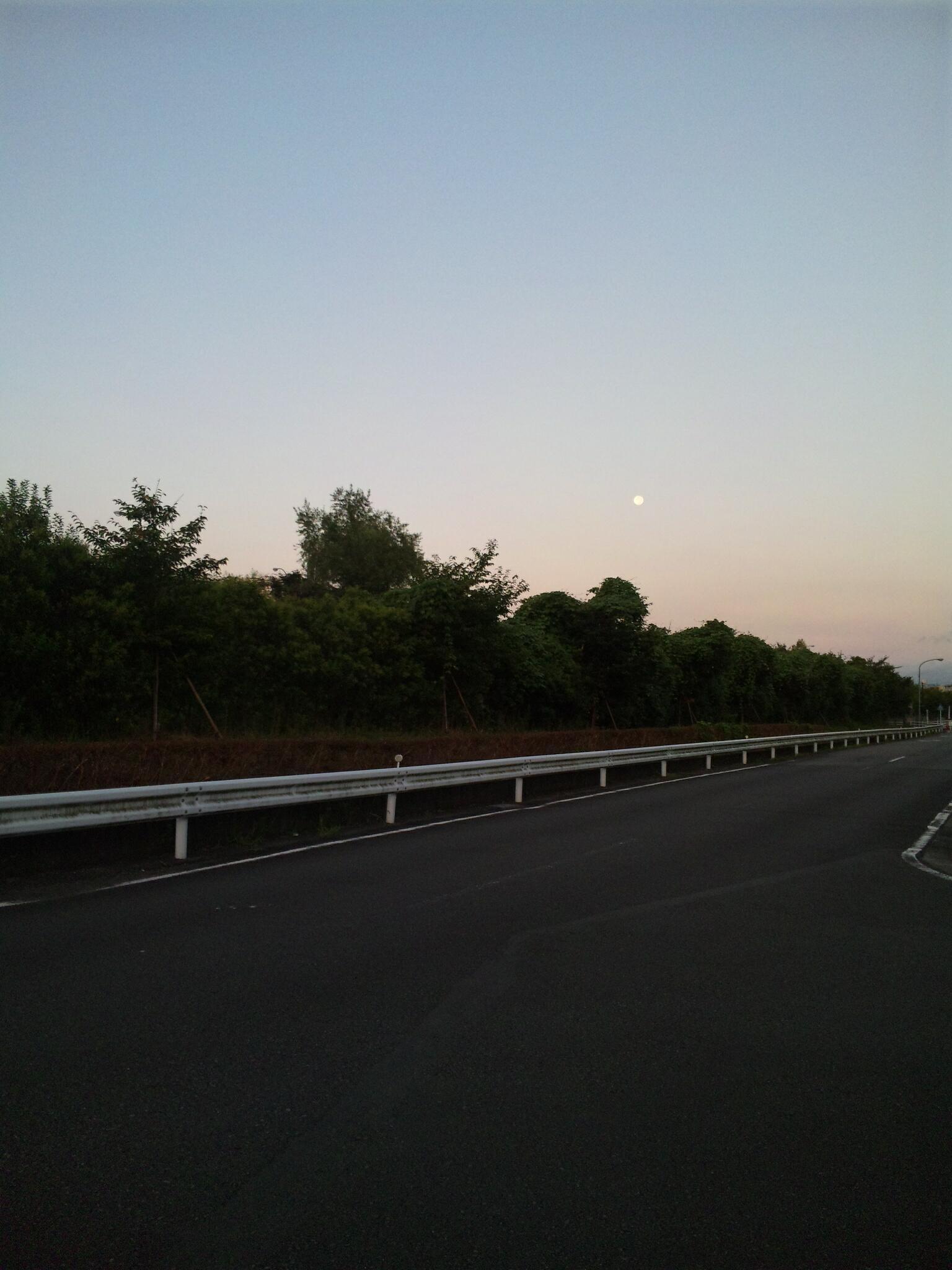 朝5時の月