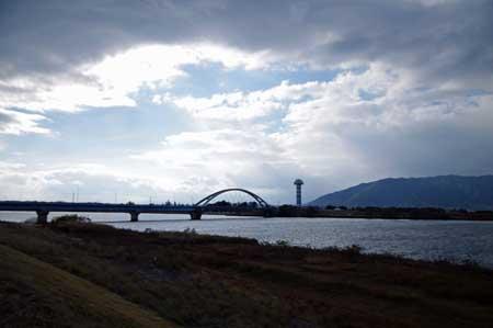 長良川大橋と水と緑の館