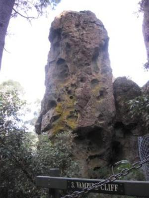 hangingrockwalk05.jpg