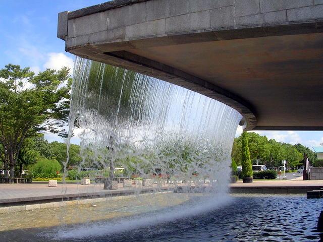 人工の滝と池