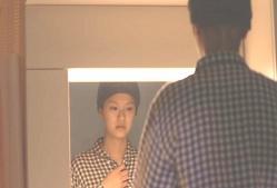 鏡に映る、ない胸を見ている千恵