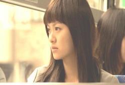 バスの外を見ている千恵