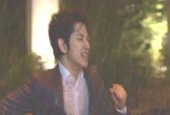 雨の中を走りまわる太郎