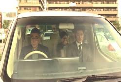 車の中で沈んでいる三人