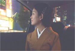 タクシーで新宿の街を見ている、みゆき
