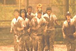 泥まみれで練習する部員たち