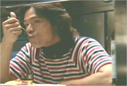 自分の作ったオムライスを食べている勇二郎