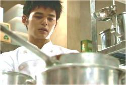 自分の店のデミグラスソースを見つめる純三郎