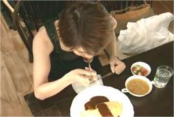 キッチンマカロニのオムライスを初めて食べるなつみ