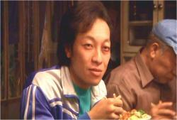 カツ丼食いながら、アケミを見るかっちゃん
