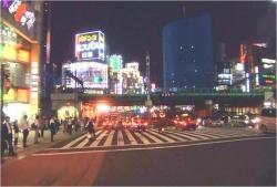 夜の新宿、ガード下