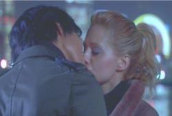 横浜の埠頭でキスするアビー
