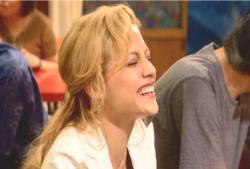 アビーもつられて笑っている
