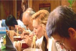 ラーメンを食べているアビー