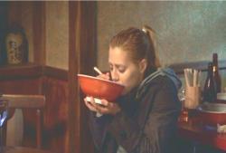 スープを飲むアビー