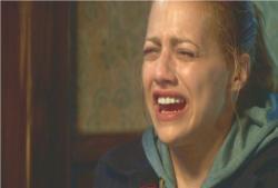 泣きながら英語で説明しているアビー