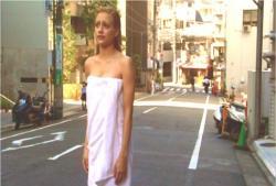 バスタオル姿で街に立ち尽くすアビー