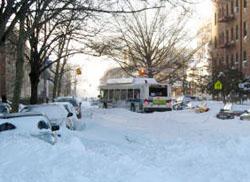 大雪でスリップしたバス