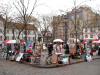 広場で絵を描いている人たち