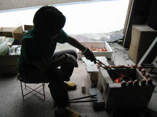 七輪窯で土器を焼く橋本緑