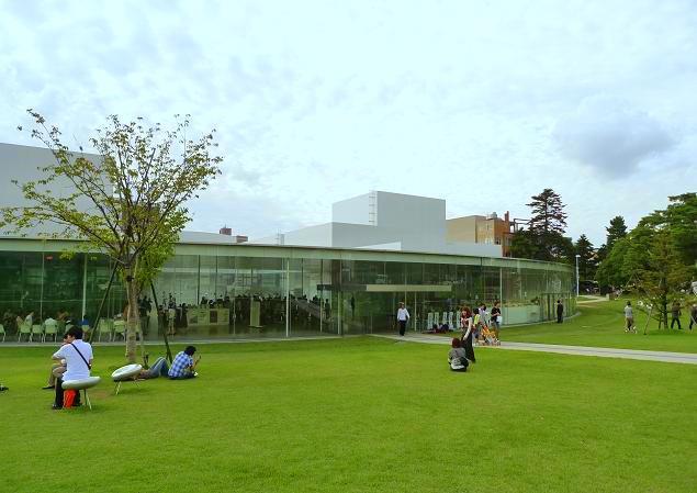 美術館の建物の周囲にはキレイ ...
