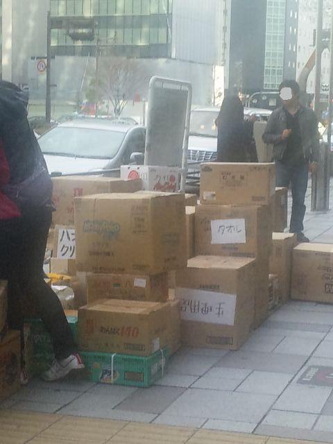 名駅で救援物資を整理している様子