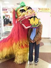 獅子舞にガブリ