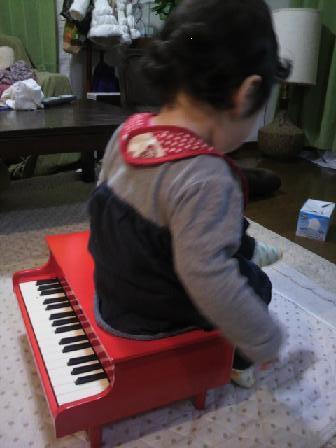 ピアノに腰かけ