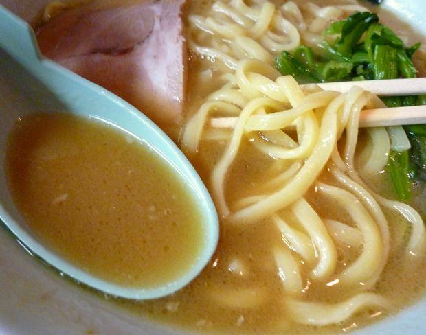 『武蔵家(吉祥寺)』ラーメンの麺とスープ