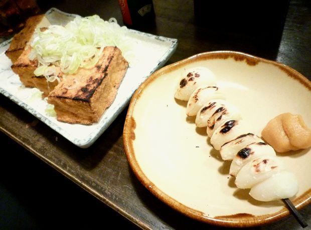 『屯縁房』にんにく(塩、1本100円)・炙り厚揚げ(280円)