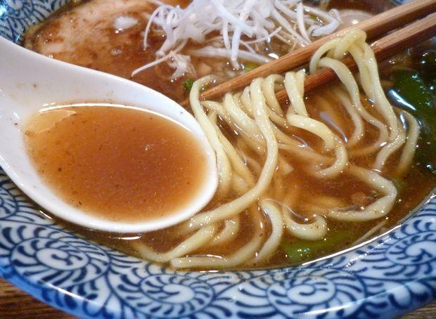 『旅人の木』つゆそば たぶん半熟味付玉子入り(麺とスープ)