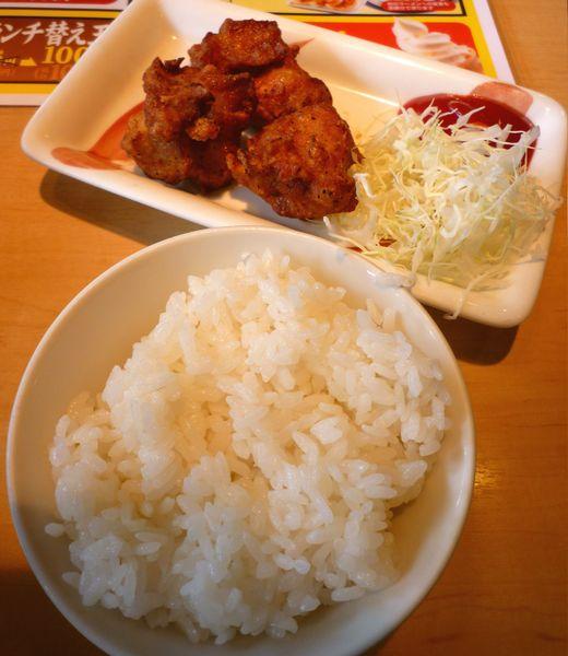 『丸源ラーメン 練馬関町店』サービスランチの小ライスと唐揚げ3個(肉そばとセットで)
