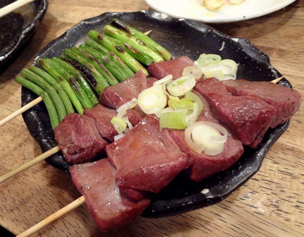 『秋元屋』半焼きちれ・塩(1本100円)、ニンニクの芽・塩(120円)