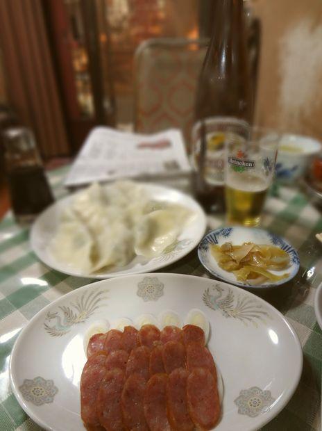 『品華亭』腸詰め・水餃子とビール