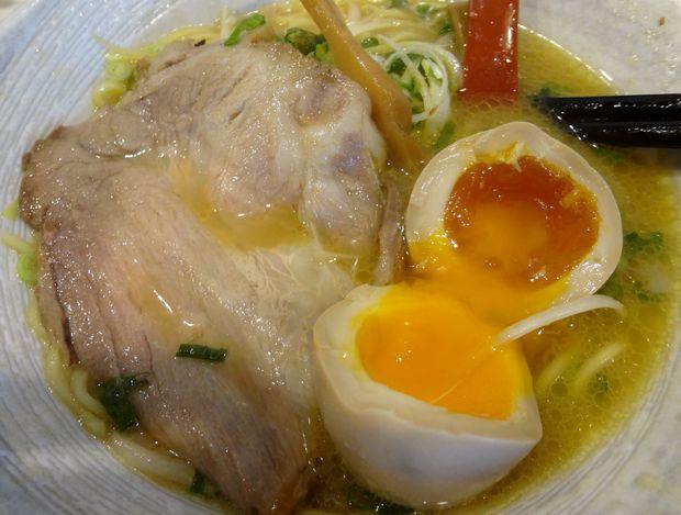 『魚介豚骨らぁめん 節道』半熟味付玉子めん(味玉断面とチャーシュー)