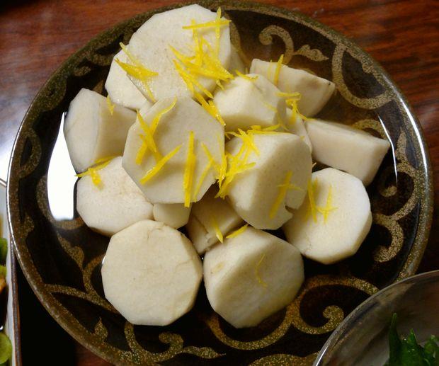 里芋の白煮・柚子皮を載せて(自作・2012年2月)