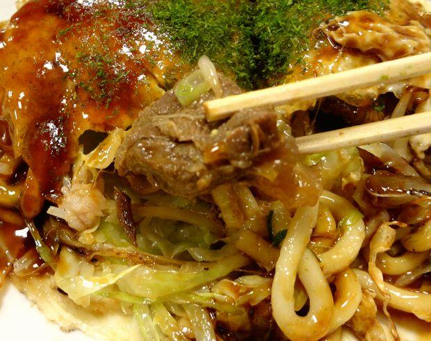 『みっちゃん総本店』うどん肉玉子+スジ煮込み(スジのアップ)