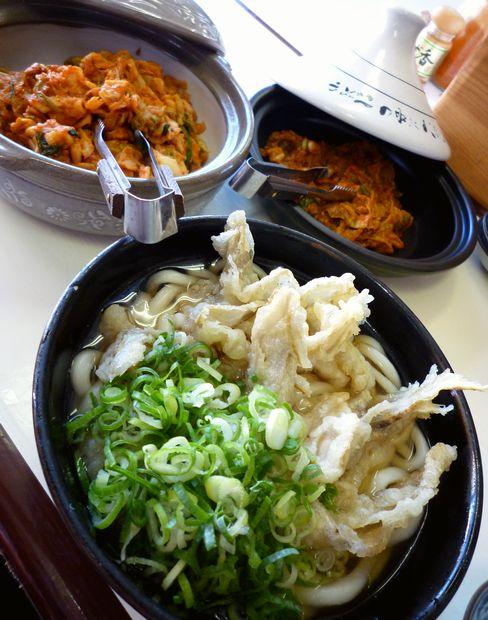 『天ぷらうどん』ごぼう天うどんと卓上キムチ