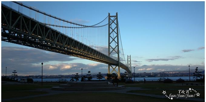 夕日に照らされる明石海峡大橋